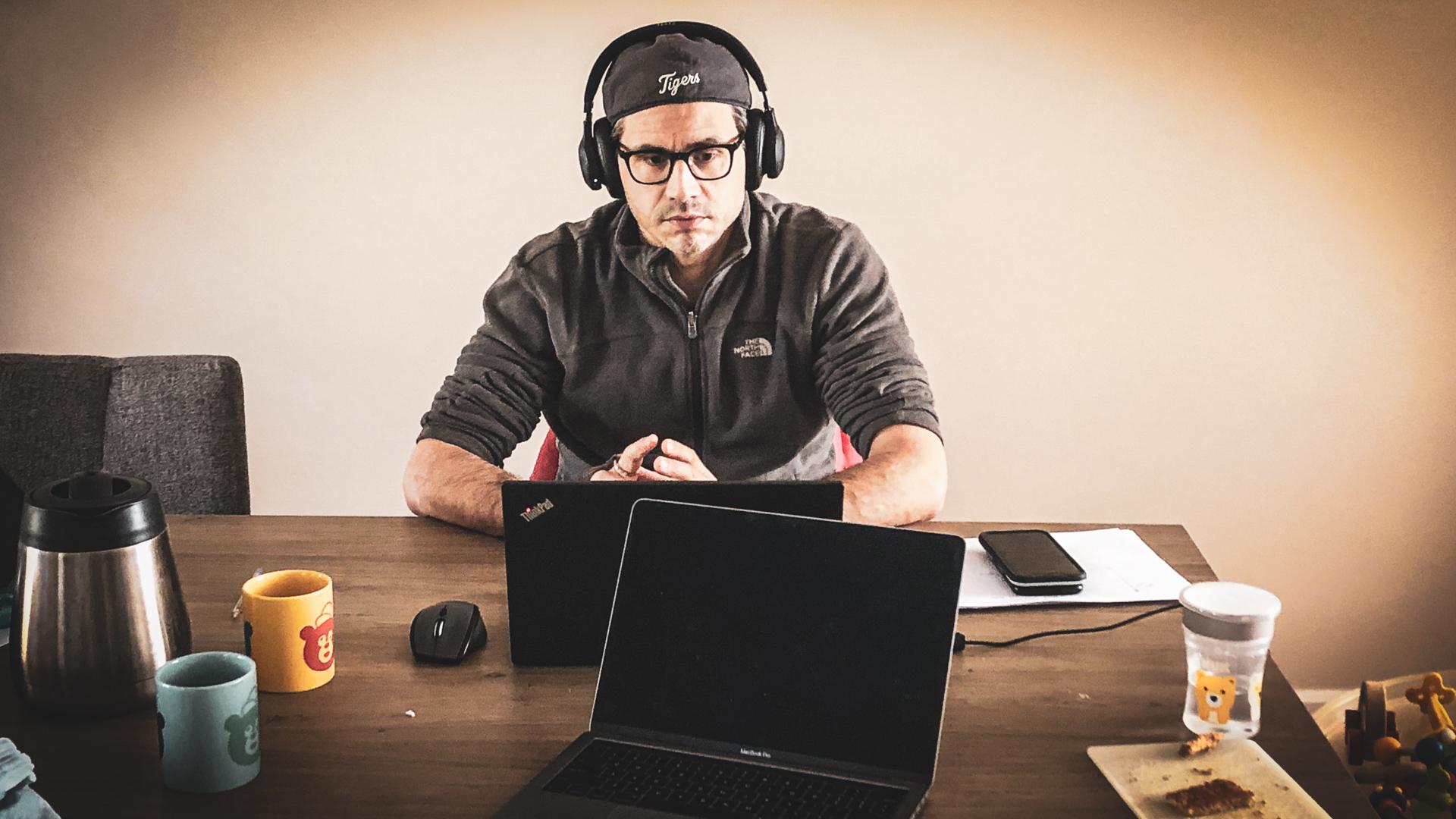 Man videonferencing